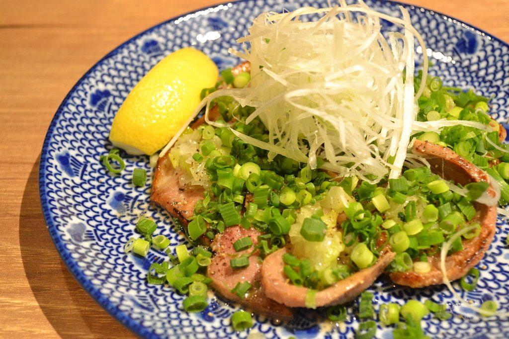 『ネギ香るラムタン』・・・890円 ぷりぷりの塩タンに、ネギソース、青ネギ、白ネギをどっさり合わせ、レモンを絞って食べる間違いなしの逸品です。