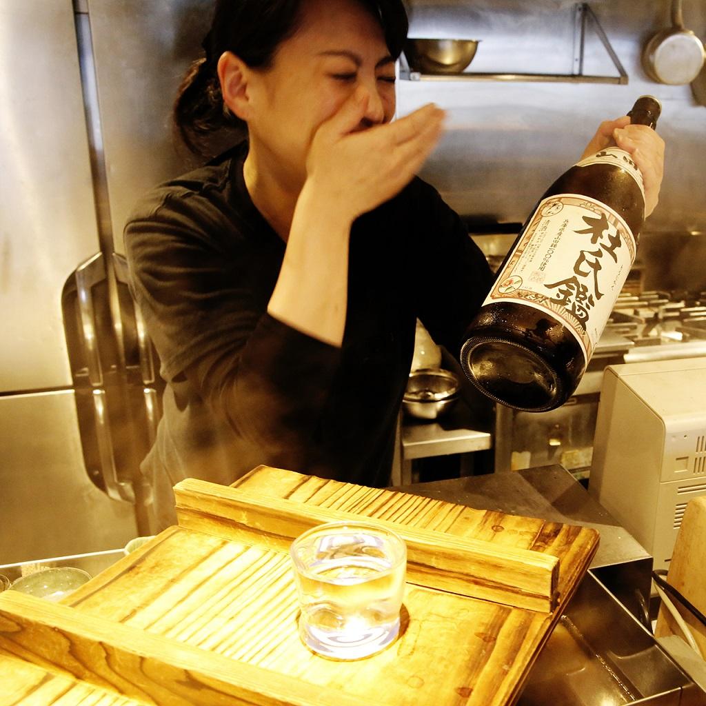 日本酒を持って嬉しそうな霜崎さん